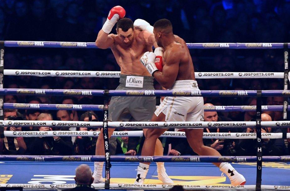 Anthony Joshua kovoje dėl bokso sunkiasvorių titulo palaužė ukrainietį V.Klyčko.