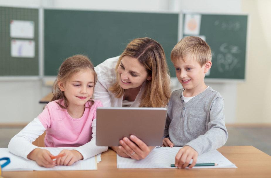 Vaikai su mokytoju