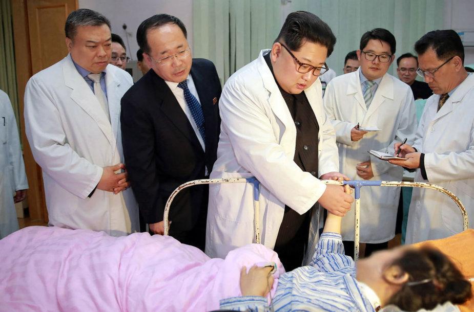 Kim Jong Unas aplankė per avariją nukentėjusius kinus