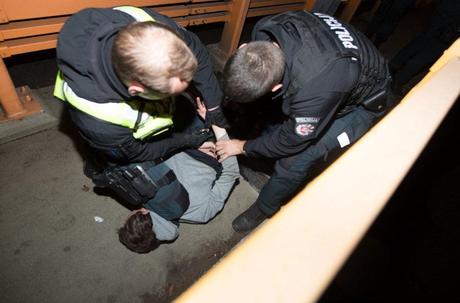 Policijos pareigūnas sulaikė narkotikus išmetusį vyrą