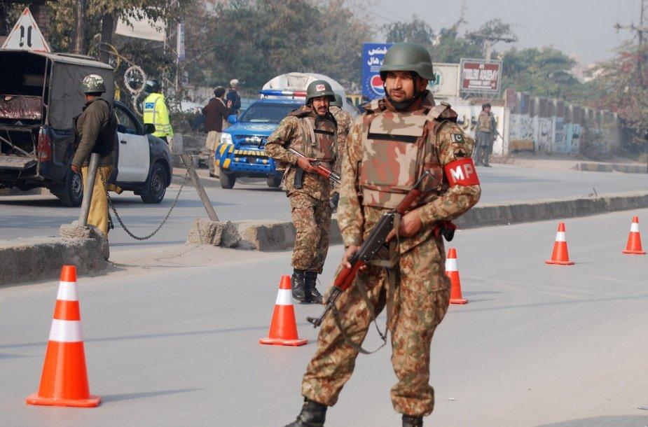 Pakistano kariai prie armijos mokyklos