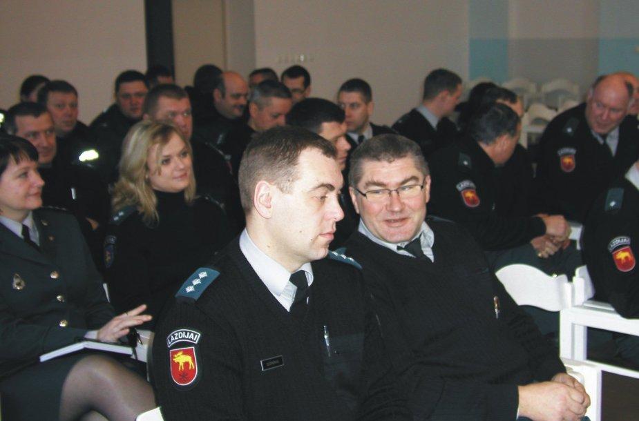 Lazdijų policininkas Vytautas Raškauskas (dešinėje)