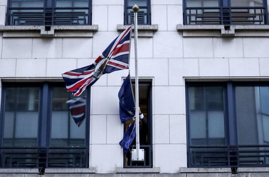 Prie JK misijos būstinės Briuselyje nuleista ES vėliava