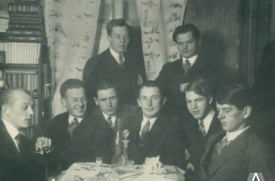 Sėdi iš dešinės į kairę K.Binkis, A. Gerutis, J.Petrėnas, A.Brazlius, T.Tilvytis, Kateiva. Stovi H.Kačinskas, A. Gricius [1926] m.
