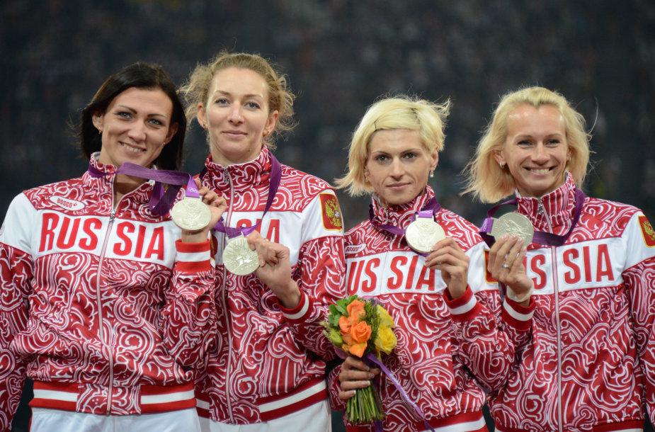 4 po 400 m Pekino žaidynių sidabro medalininkės rusės: Tatjana Firova pirma iš kairės