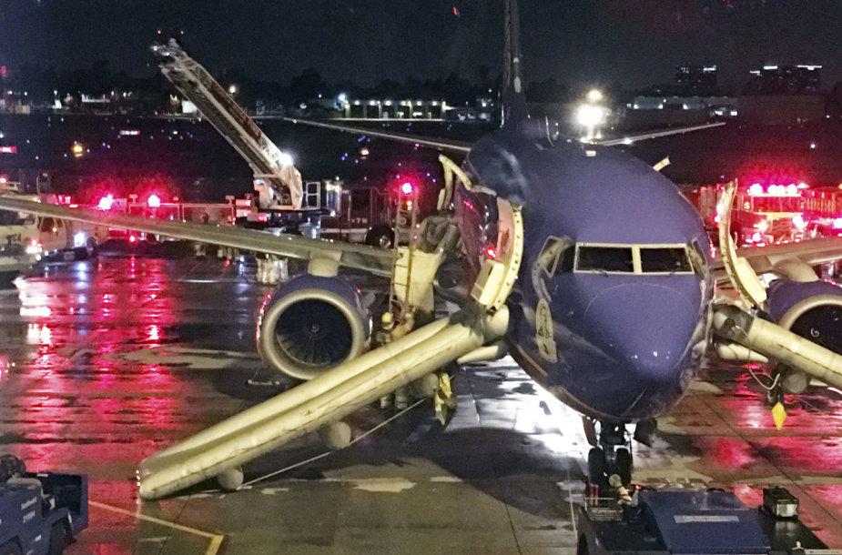 """Iš skubiai nusileidusio """"Southwest Airlines"""" lėktuvo keleiviai turėjo šokti nuo sparno"""