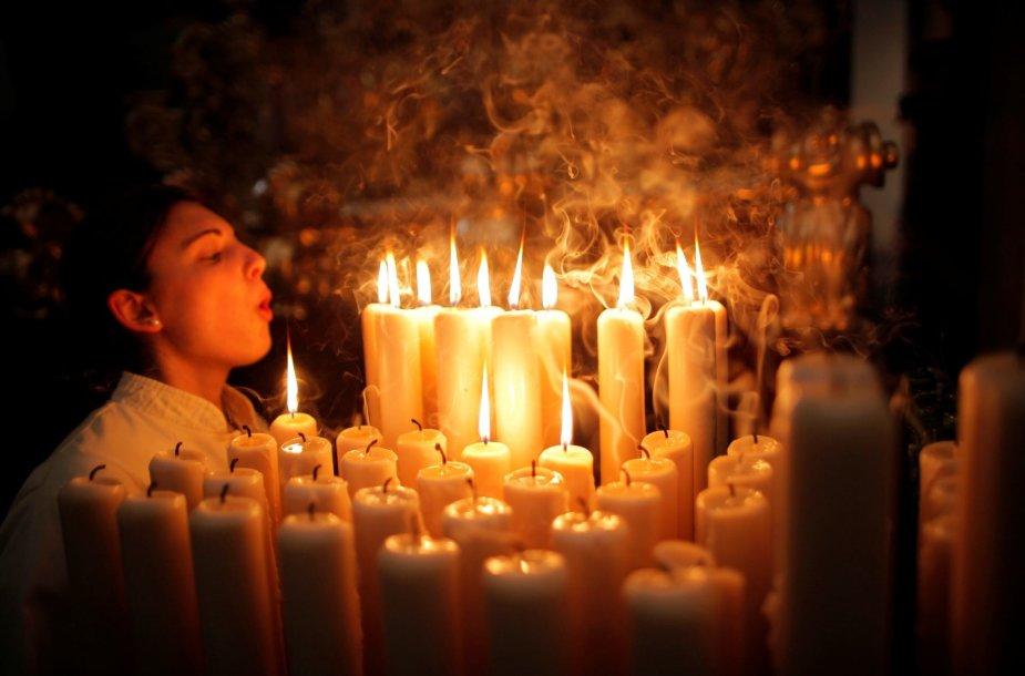 Berniukas užpučia žvakes Ispanijos bažnyčioje