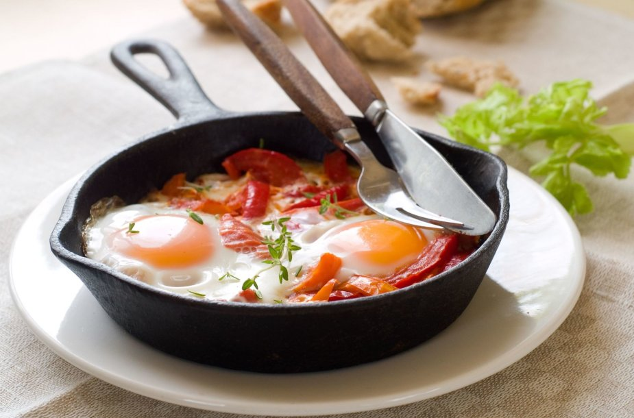 Šakšuka – kiaušiniai, iškepti tirštame pomidorų padaže.