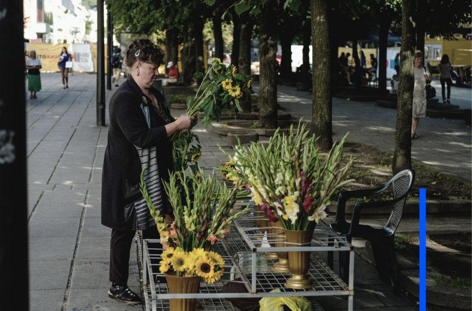 Moteris su gėlėmis