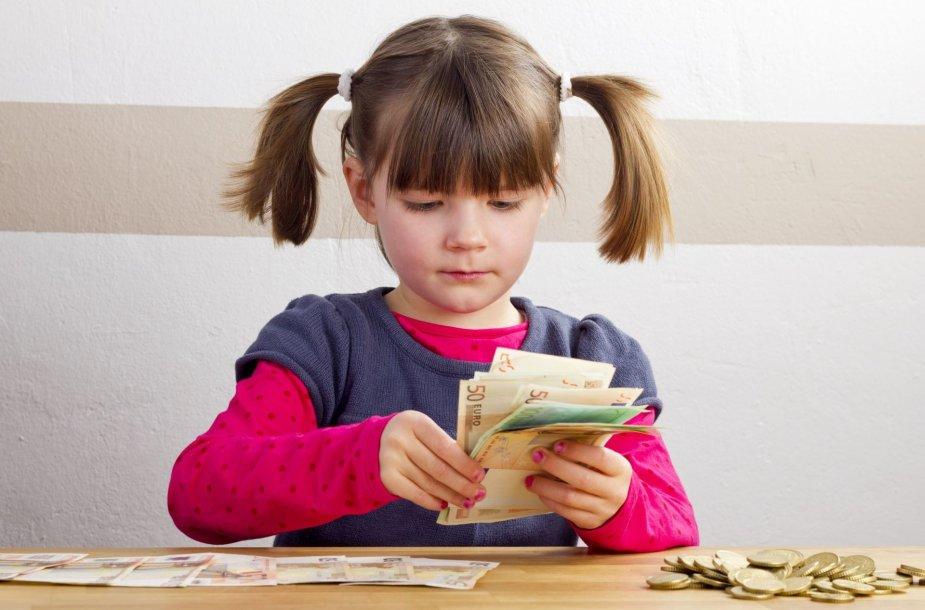 Mergaitė skaičiuoja pinigus