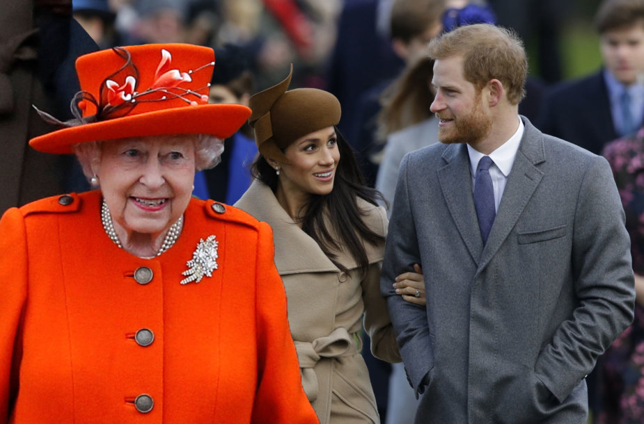 Karalienė Elizabeth II ir princas Harry su Meghan Markle