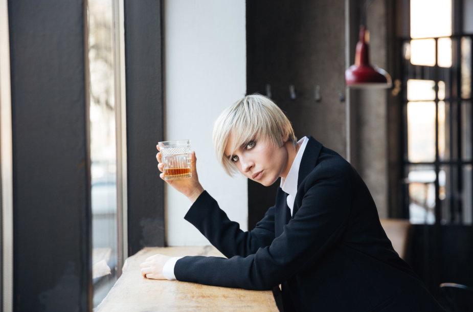 Moteris vartoja alkoholį