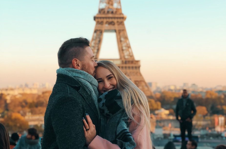 """""""GRŪDOS"""" keliautojai prie Eifelio bokšto, Paryžius, Prancūzija"""