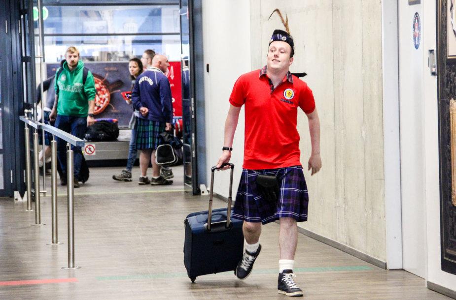 Škotų futbolo fanai Kauno oro uoste