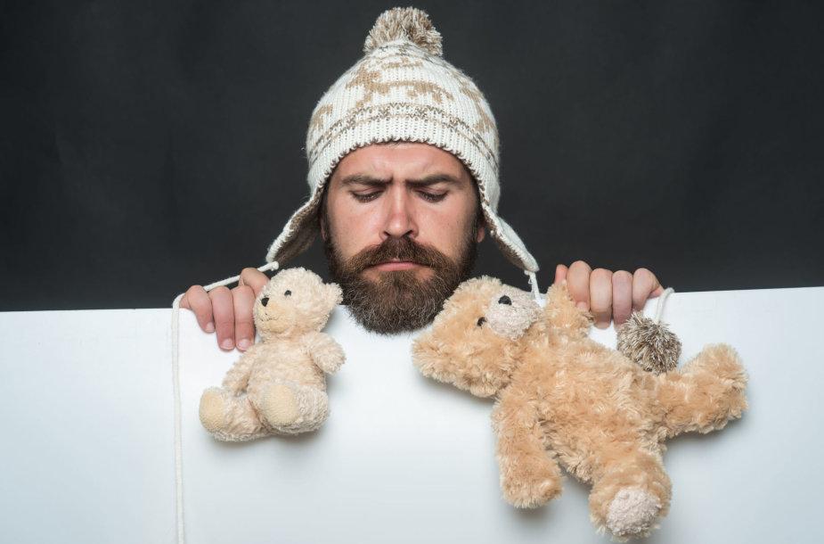 Vyras su pliušiniais meškiukais