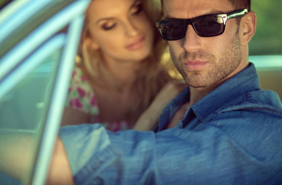 Meilužiai automobilyje.