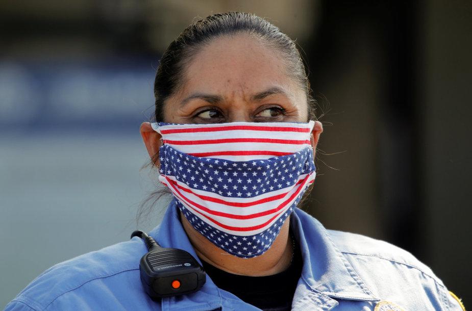 Policijos pareigūnė JAV su kauke