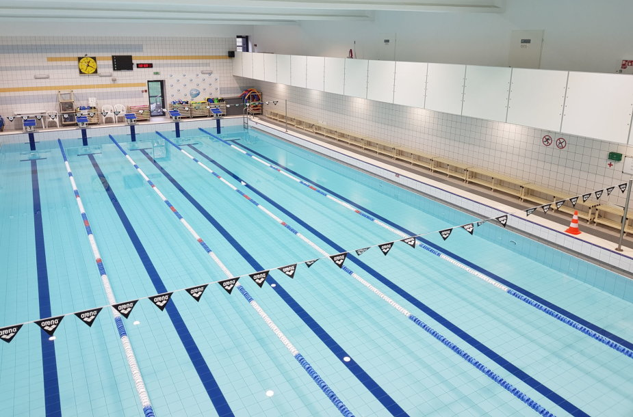 """""""Gintaro"""" sporto centre plaukti mokomi neįgalūs vaikai."""