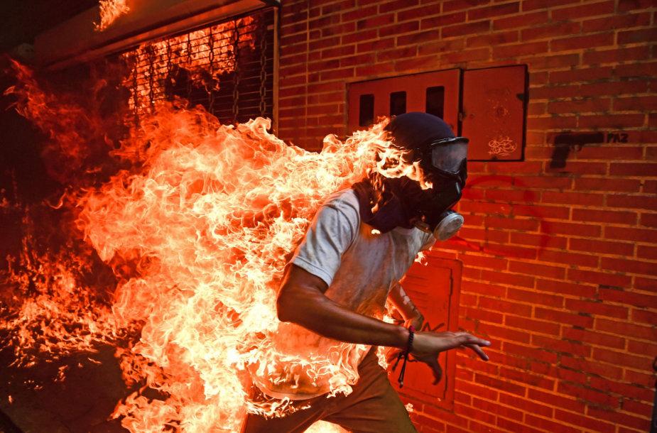 """Pasaulio spaudos fotografijos apdovanojimas atiteko AFP """"degančio žmogaus"""" atvaizdui"""