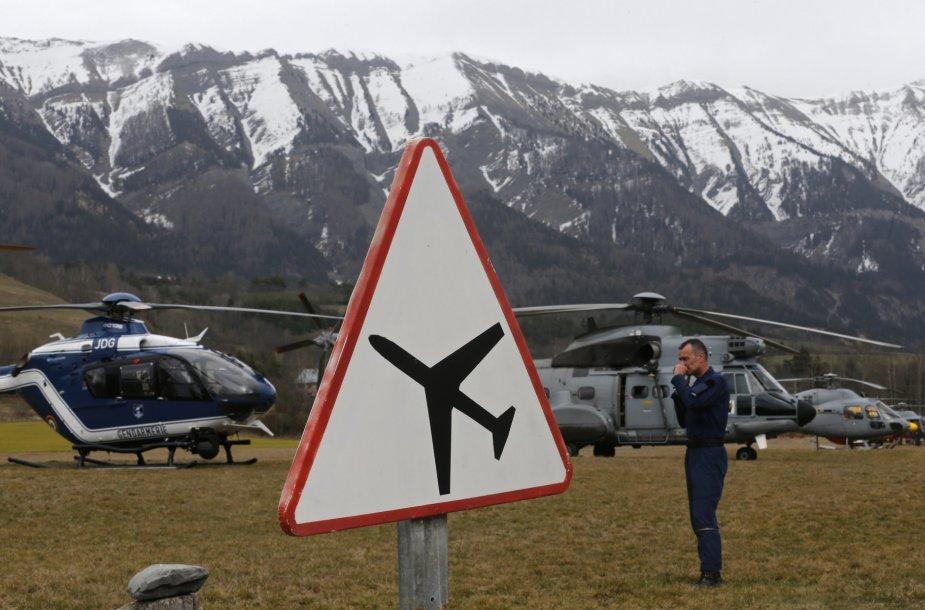"""Prancūzijos gelbėtojai netoli vietos, kur sudužo oro skrydžių bendrovės """"Germanwings"""" lėktuvas """"Airbus A320"""""""