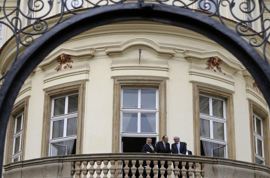 Vokietijos ir Čekijos atstovi stovi Vokietijos ambasados Prahoje balkone