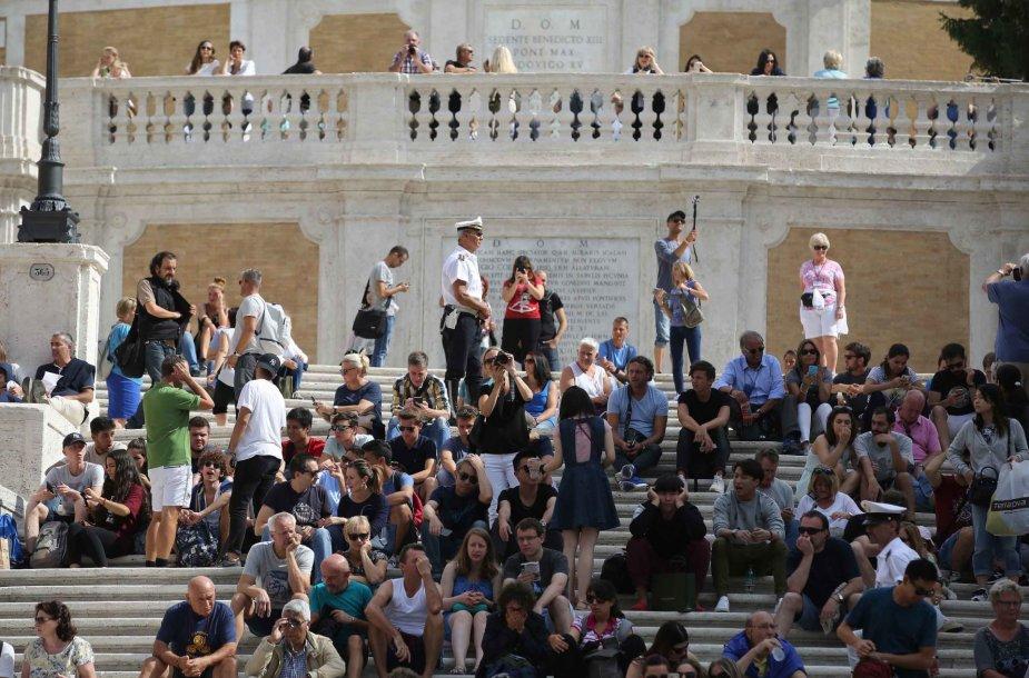 Romos Ispanijos aikštės laiptais nuolat patruliuoja pareigūnai.
