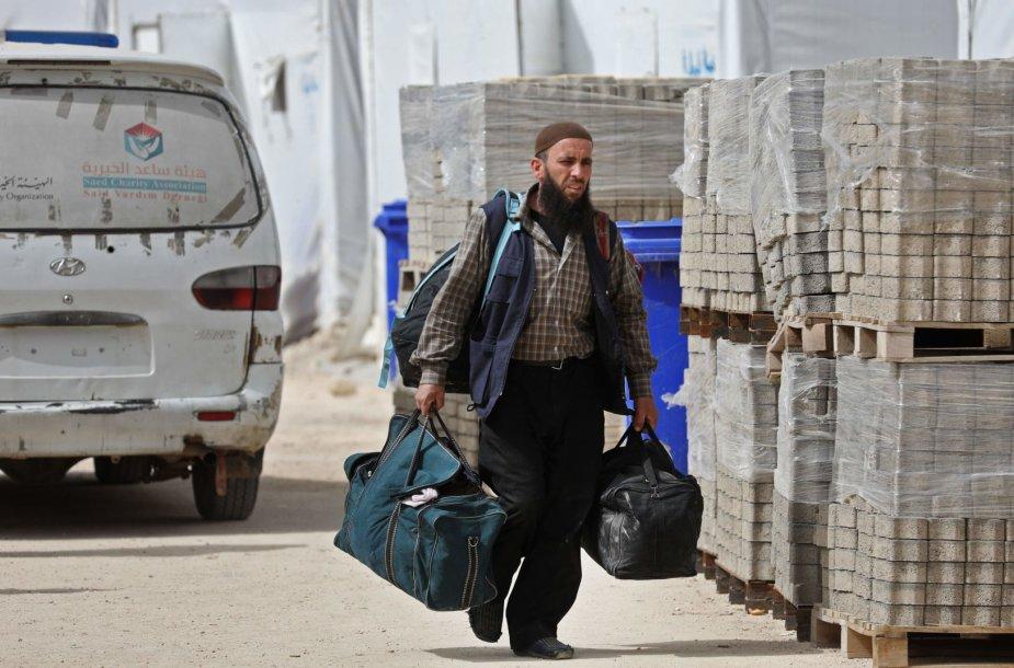 Sirijoje iš Rytų Gutos evakuoti kovotojai bei jų šeimos nariai