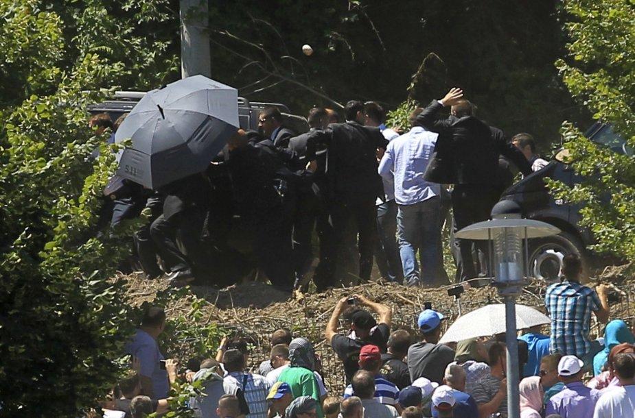 Serbijos premjeras Srebrenicoje apmėtytas akmenimis