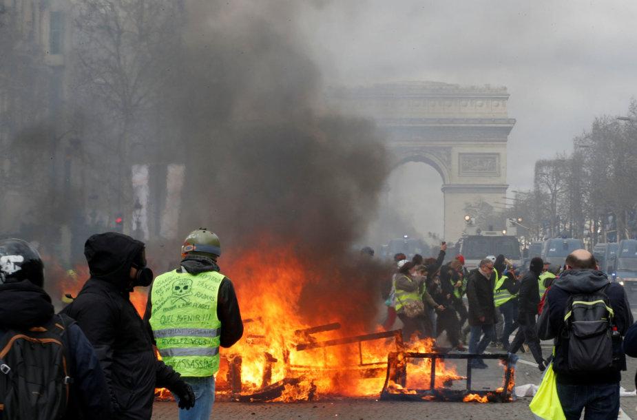 """""""Geltonųjų liemenių"""" protestas Paryžiuje"""