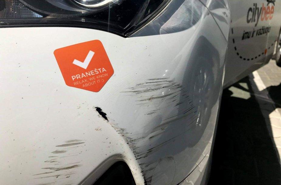 """Taip turi būti pažymėtas apgadintas """"Citybee"""" automobilis"""