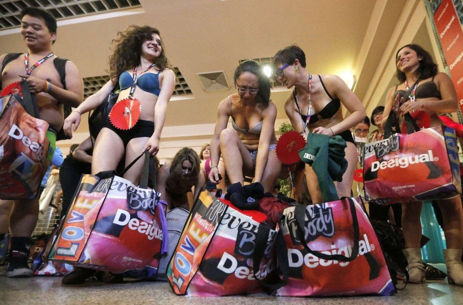 Pusnuogiai pirkėjai skuba apsipirkinėti Italijos parduotuvėse