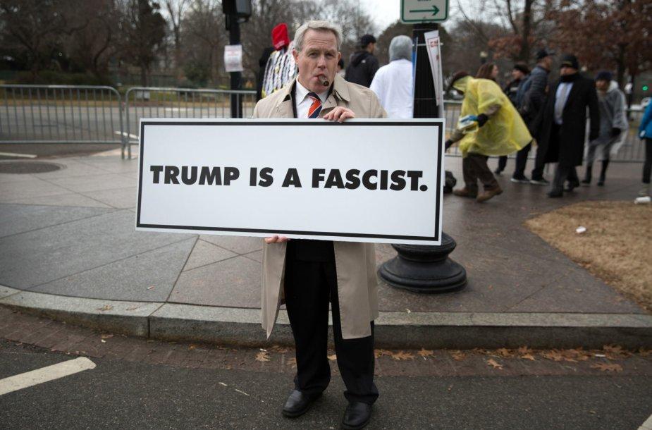 Prieš Donaldo Trumpo politiką protestuojantis vyras