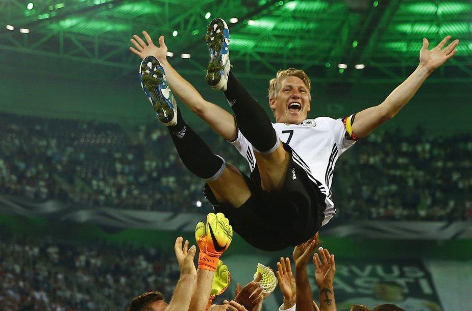 Futbolininkas Bastianas Schweinsteigeris pagerbiamas po rungtynių