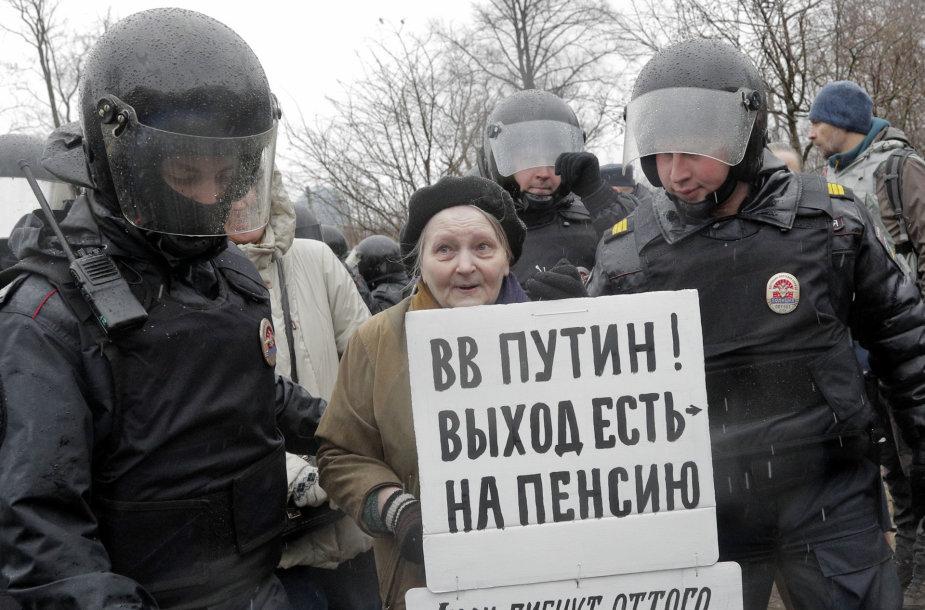 Rusijos policija sulaikė kelias dešimtis protestuotojų.
