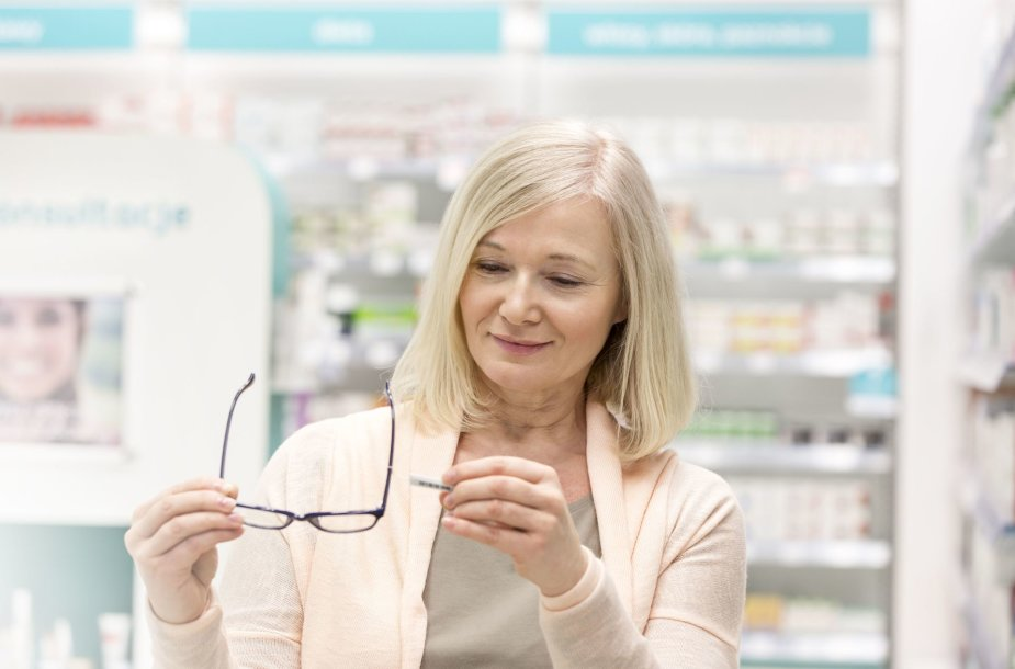 Moteris renkasi akinius