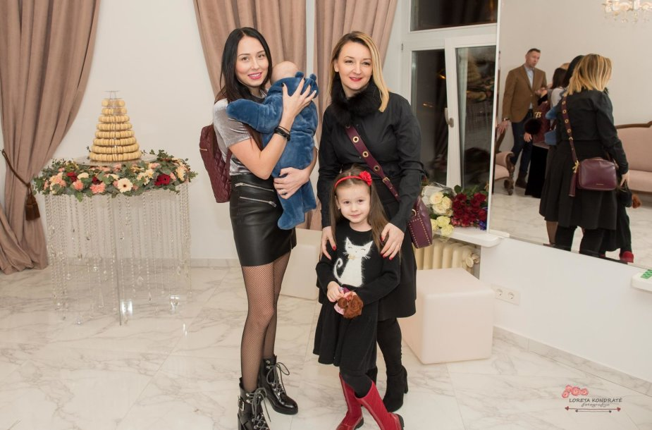Gabrielė Rutkauskienė-Vasha su dukra Adrija, seserimi Angela ir mama Viktorija Mauručaite