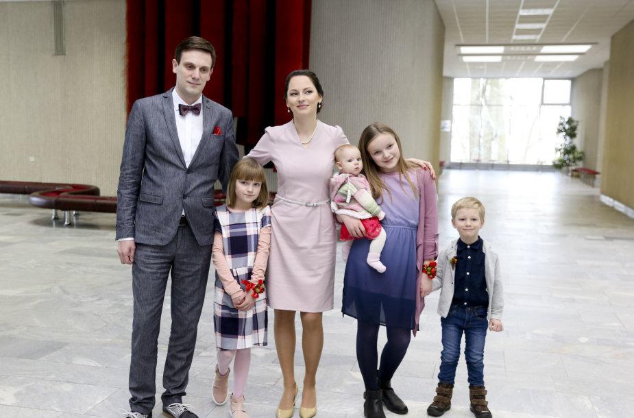 Tomas Tomilinas ir Kristina Juozapavičiūtė su vaikais