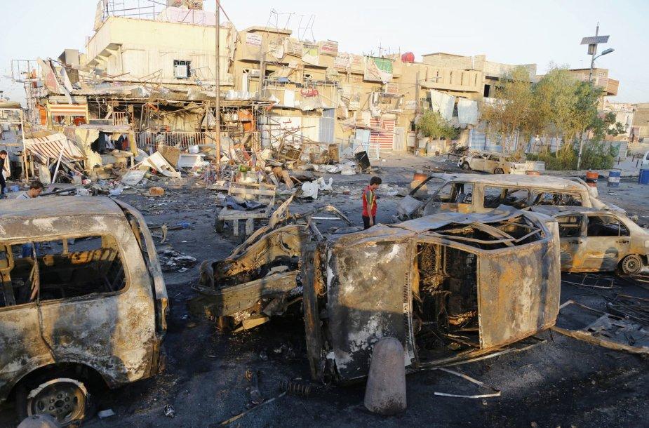 Užminuoto automobilio sprogimo padariniai Bagdade