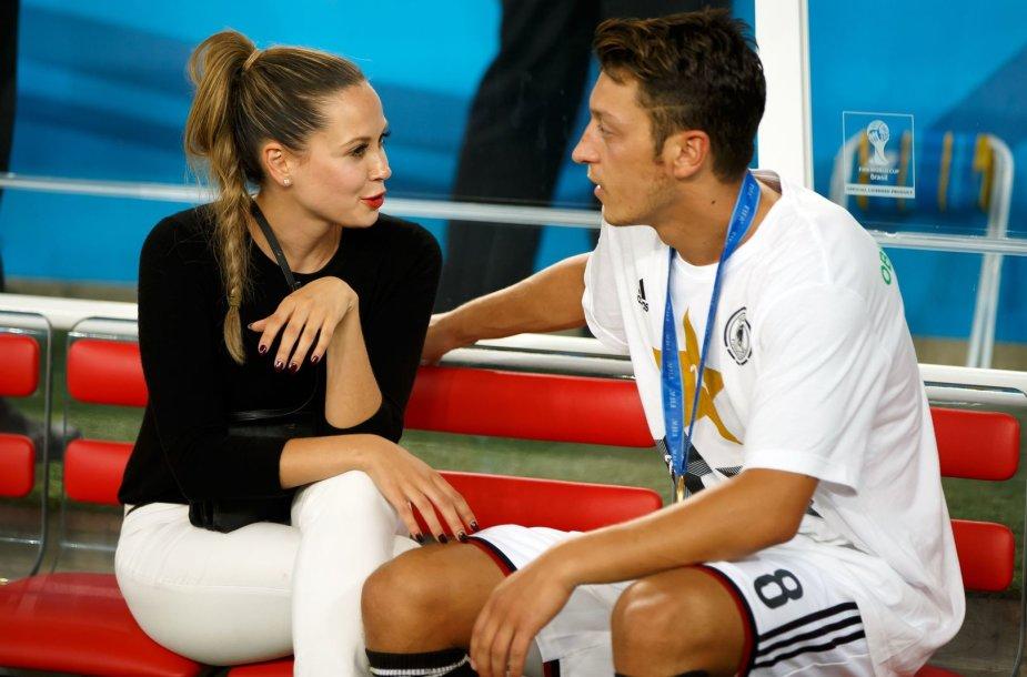 Mesutas Ozilas su drauge Mandy Capristo