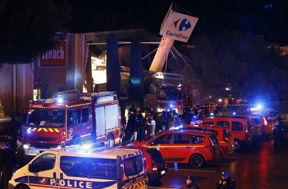 """Prancūzijoje sugriuvo prekybos centro """"Carrefour"""" stogas."""