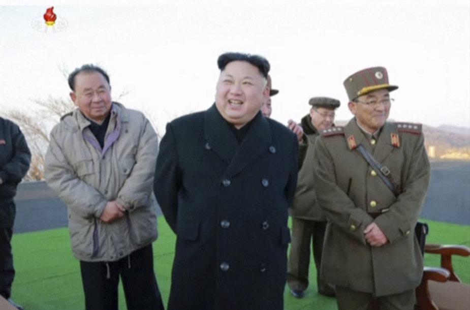 Kim Jong Unas stebi raketų paleidimą