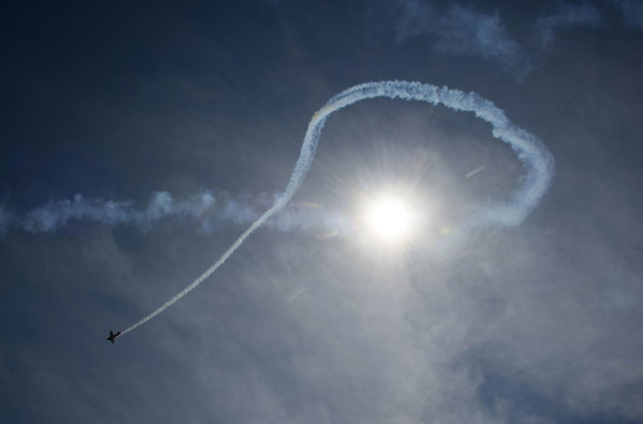 Lėktuvų pėdsakai danguje
