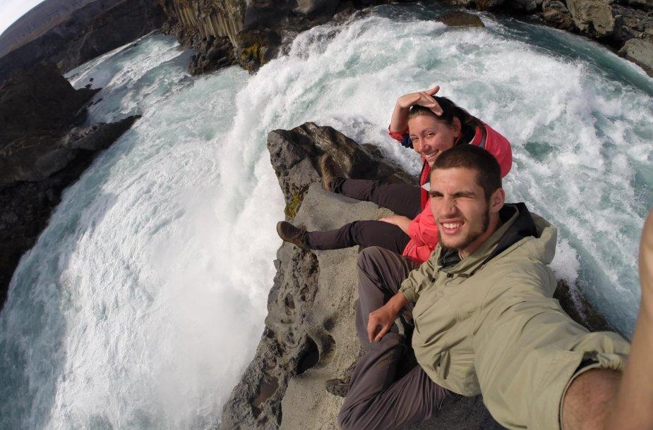 Juozapas ir Ingrida Islandijoje prie Godafoss krioklio