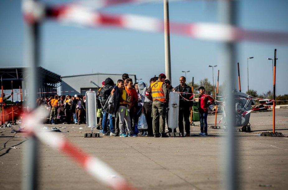 Migrantai kerta Vengrijos – Austrijos sieną