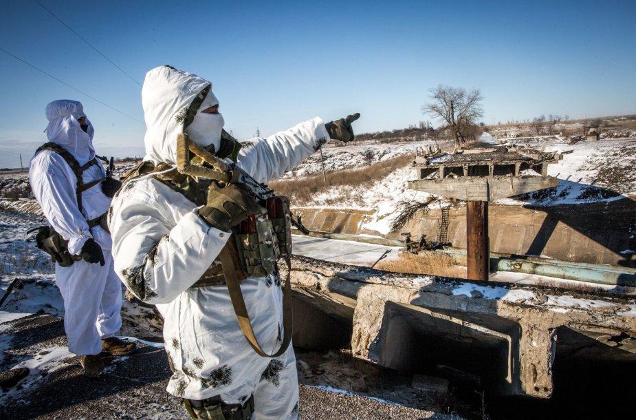 Ukrainos jūrų pėstininkų patrulis  šalia susprogdinto tilto griuvėsių