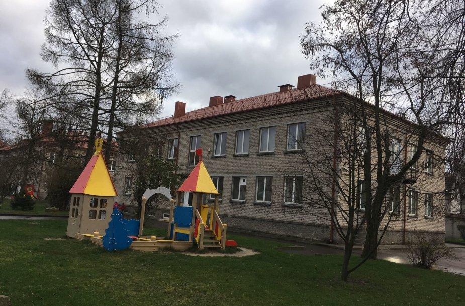 """""""Bitutės"""" darželiui Vitės rajone, kur tarša chromu viršijo beveik dukart, rekomenduota lauke vaikus vedžioti betono takeliais, neleisti žaisti su lapais."""