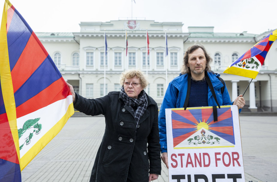 Žmogaus teisių aktyvistai simboliškai išlydėjo prezidentę Dalią Grybauskaitę į Kiniją
