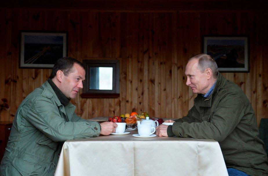 V. Putino ir D. Medvedevo atostogos su žvejais Novgorodo regione