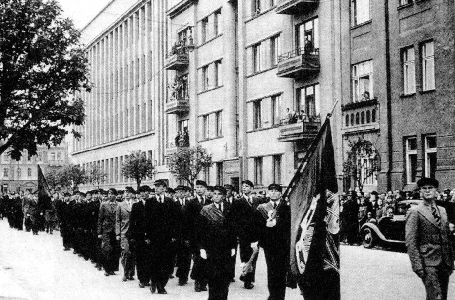 Paskutinė universiteto studentų korporacijų eisena 1940 m. birželio 13 d. Žygiuoja Ateitininkų sąjungos kolona (priekyje – Jonas Boruta).