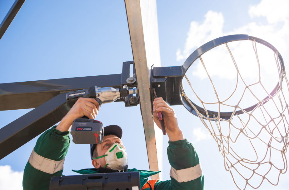 Kaune karantino metu išmontuoti krepšinio lankai